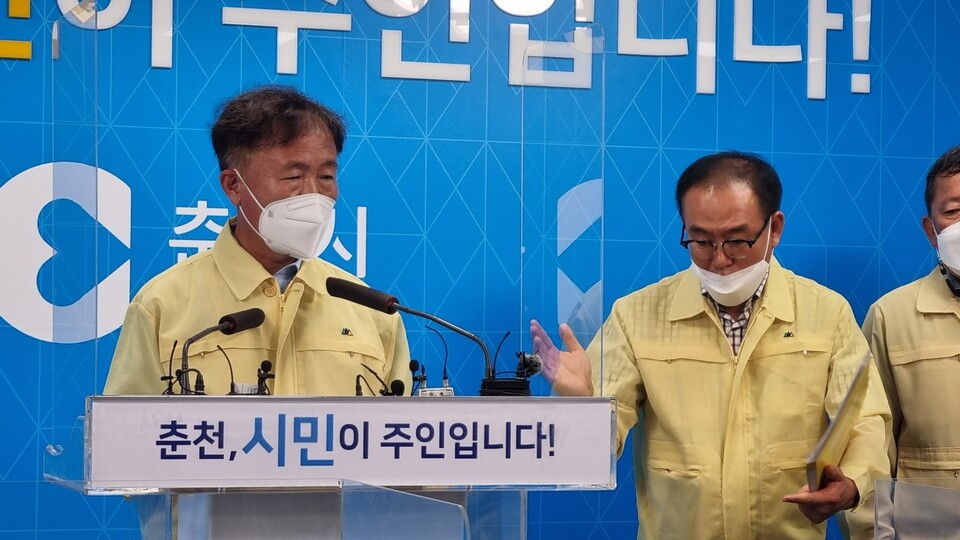 이재수 춘천시장이 지난 12일 긴급 기자회견을 열고 단수사태에 대해 설명하고 있다. (사진=MS투데이 DB)